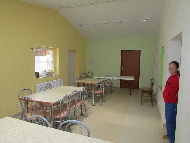 pomalowane ściany i ustawione meble
